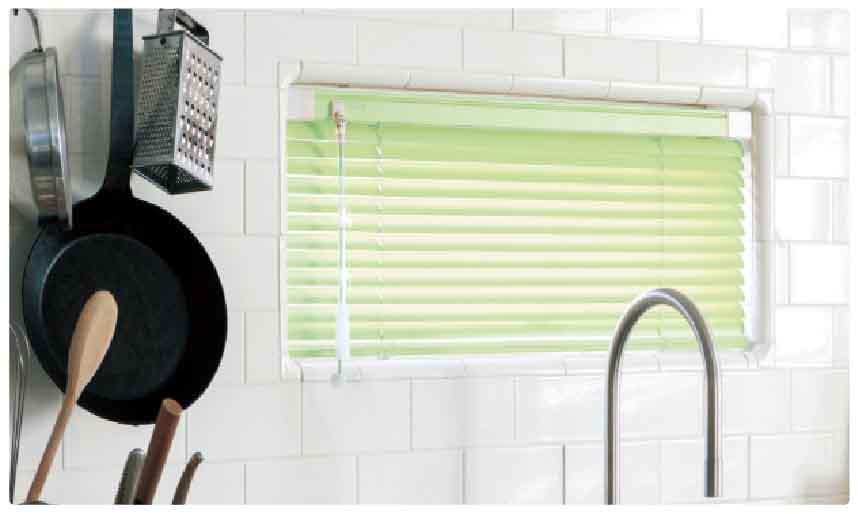 タイル面や釘の打てないキッチンや浴室でもつっぱりで取り付けできて便利