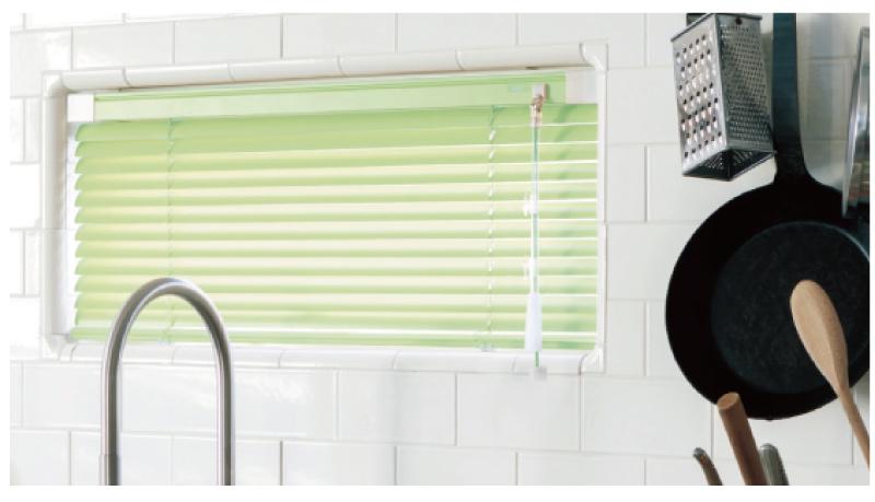 つっぱり式アルミブラインドは耐水機能もついてキッチンや浴室でも使えます